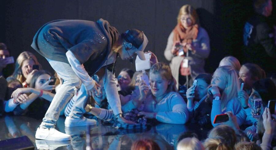 Oslo 20151029. Justin Bieber på scenen under minikonserten for omkring 1000 publikummer i Chateu Neuf sent torsdag kveld. Foto: Heiko Junge / NTB scanpix
