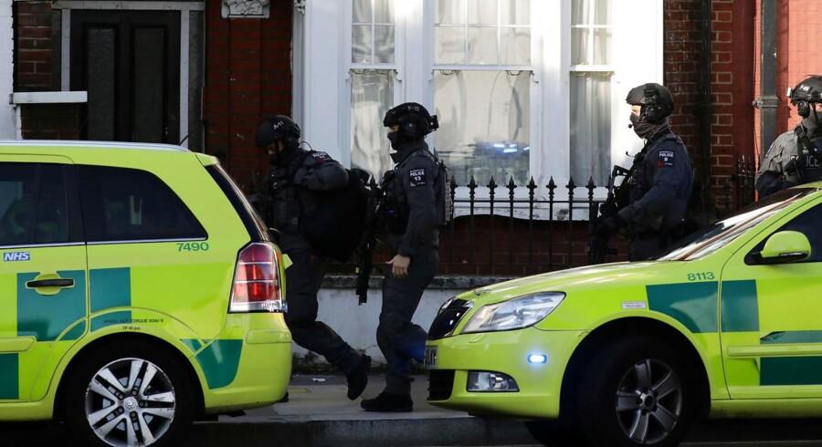 Kampklædte politibetjente tæt ved Parsons Green Metrostation. Her er en taske i dag eksploderet i et tog.