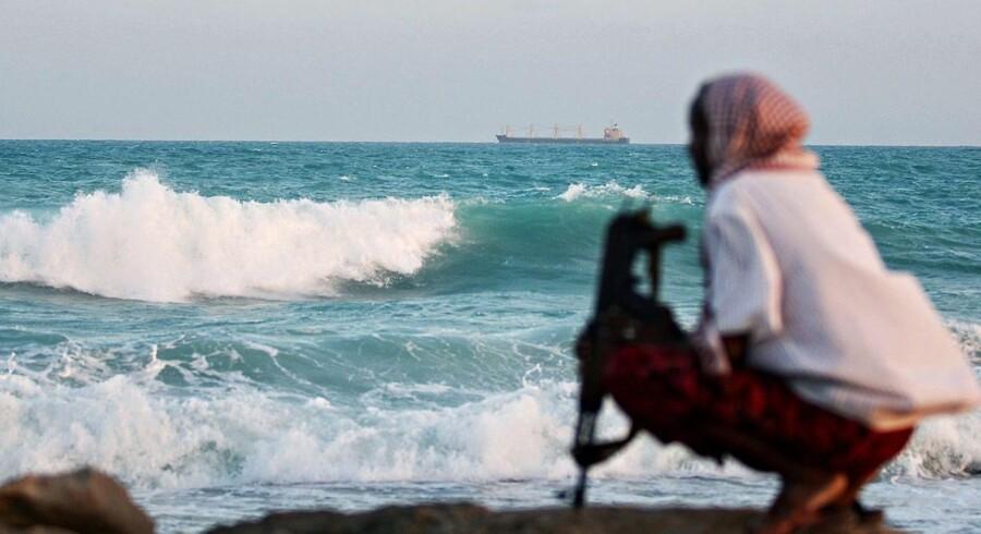 Danmark giver et bidrag på 13,3 millioner kroner til et nyt EU-program mod pirateri. Samtidig udsendes en maritim rådgiver med militær baggrund.
