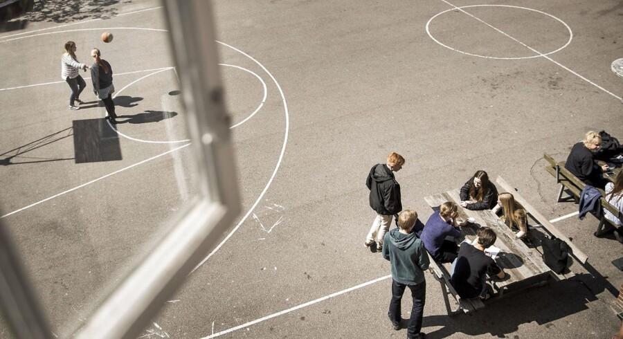 I en spørgeskemaundersøgelse svarer 56 procent af pigerne og 36 procent af drengene i 9. klasse, at de er fysisk aktive i maksimalt 15 minutter i løbet af en skoledag. Lidt over en fjerdedel af alle elever siger, at de overvejende er inaktive og ikke specielt bryder sig om at være fysisk aktive i løbet af skoledagen.