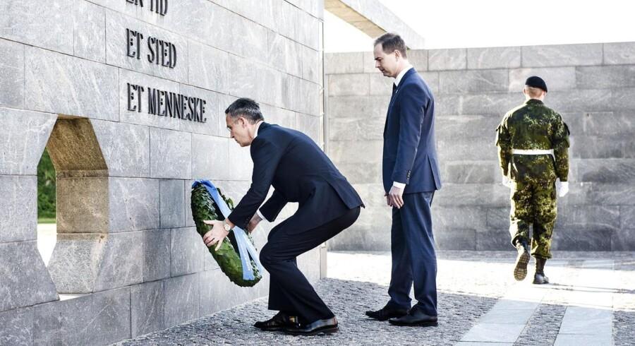 Forsvarsminister Nicolai Wammen og Nato generalsekretær Jens Stoltenberg lægger en krans ved Monumentet over Danmarks internationale indsats efter 1948