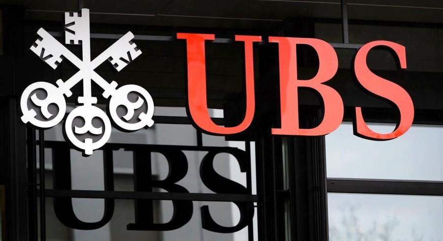 Det schweiziske finanshus UBS har landet en nettoindtjening i fjerde kvartal af 2015, der er 11 pct. bedre end i kvartalet før. Samtidig overgår resultatet analytikernes forventninger.