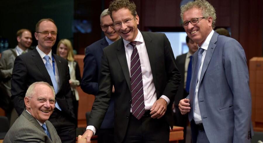Den tyske finansminister Wolfgang Schauble taler med formanden for Eurogruppen, Hollands finansminister Jeroen Dijsselbloem og Luxembourgs finansminister, Pierre Gramegna under maratonmøde natten til onsdag.