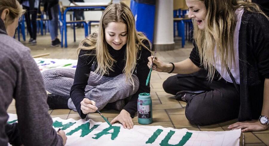 Virum Gymnasiums kantinegulv var i dag fyldt med elever, der malede bannere og forberedte demonstration mod regeringens besparelser på uddannelsesområdet. Her er det Agnes, Bernadette og Ida, der er ved at skrive »Virum Gymnasium imod besparelser«.