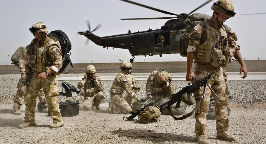 Forsvarsministerens varslede besparelse på tre milliarder kroner vil koste soldaters job, siger professor.