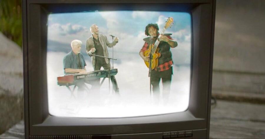 Thundercat omgivet af Michael McDonald og Kenny Loggins i musikvideoen til »Show Me The Way«.