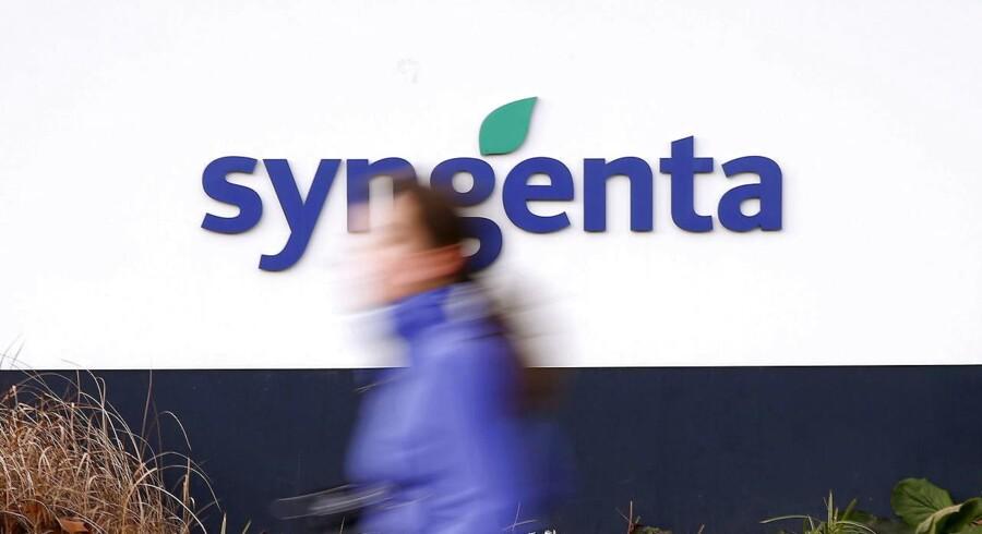 En kvinde løber forbi Syngentas logo. REUTERS/Arnd Wiegmann/Files