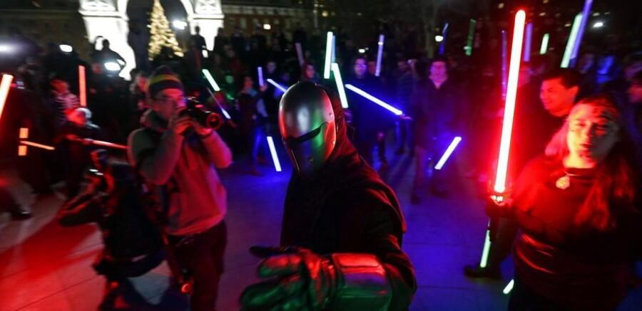 Lyssværd og Star Wars dragter satte deres præg på premieren på den nye film mange steder rundt om i verden - her fra New York.