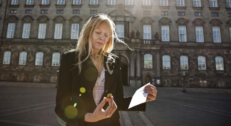 Susanne Jespersen og Anders Højsted afleverer 80.000 underskrifter til Morten Bødskov hos justitsministeriet mandag d. 3. juni 2013
