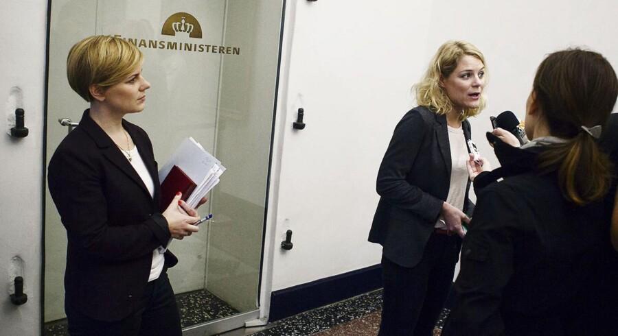 ARKIVFOTO af Stine Brix (tv) i selskab med Johanne Schmidt Nielsen og en håndfuld journalister.