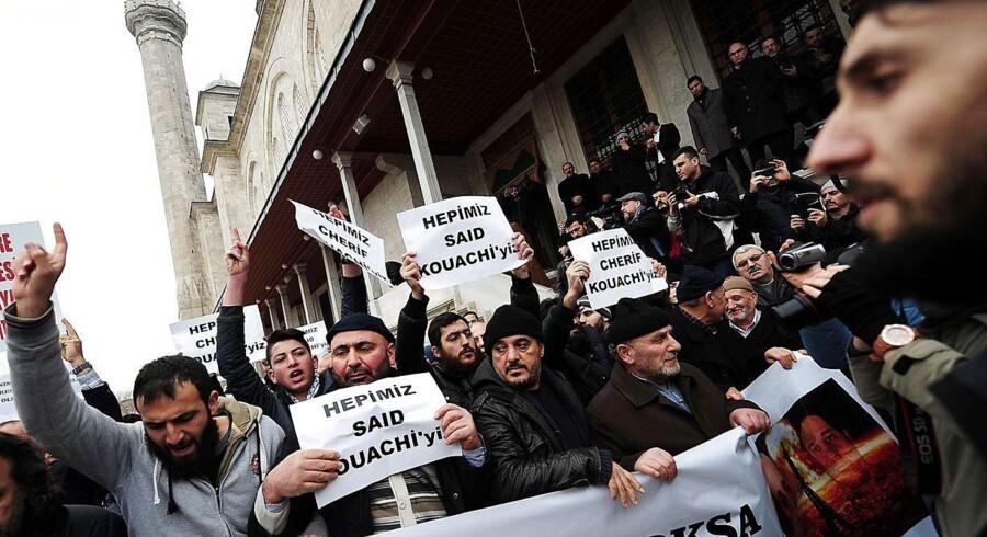 Mens en af terroristerne fra Charlie Hebdo, Said Kouachi, blev begravet i sin hjemby, Reims i Frankrig, blev der protesteret mod Charlie Hebdo i Istanbul.