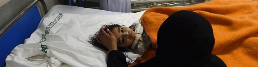 Et såret barn på et hospital i Lahore 28. marts.