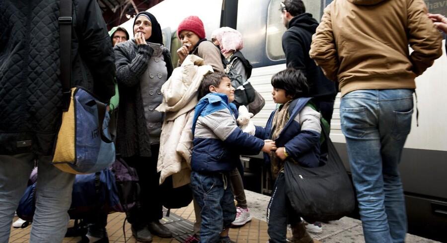 Arkivfoto: Adskillige flygtninge står i kø for at komme med Øresundstoget fra Københavns Hovedbangård til Sverige.