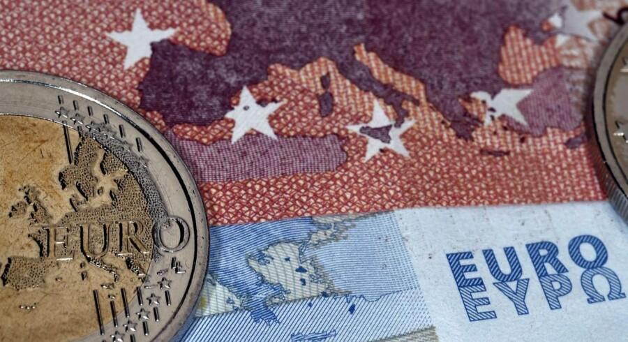 Euroen svækkes en smule efter angrebet i Paris.