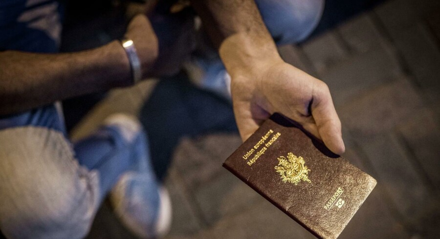 Flygtninge og migranter fra hele Mellemøsten køber falske syriske pas i Istanbul for at ankomme til EU som syriske flygtninge. Andre anskaffer sig europæiske pas og tager et fly. Her viser en smugler et falsk fransk pas.