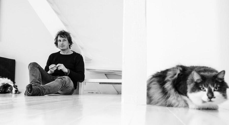 Border collien Joschka og den norske skovkat Orla er Tomas Lagermand Lundmes trofaste tilhørere, når han arbejder. »Ligegyldigt hvad, jeg læser op, synes de, det er helt fantastisk,« siger han. Foto: Søren Bidstrup