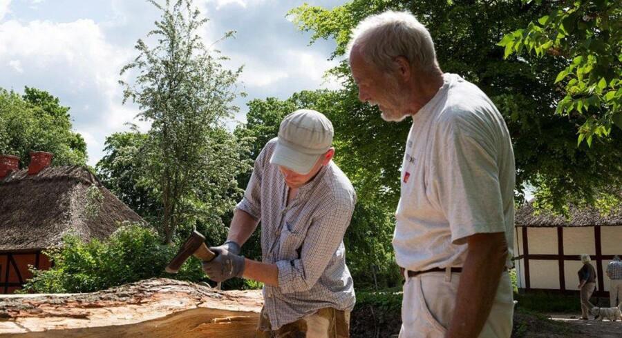 For at opnå de mest realistiske resultater arbejder Frilandsmuseets håndværkere med redskaber fra tidsperioden og anvender de teknikker, man brugte dengang. Foto: Per Bro