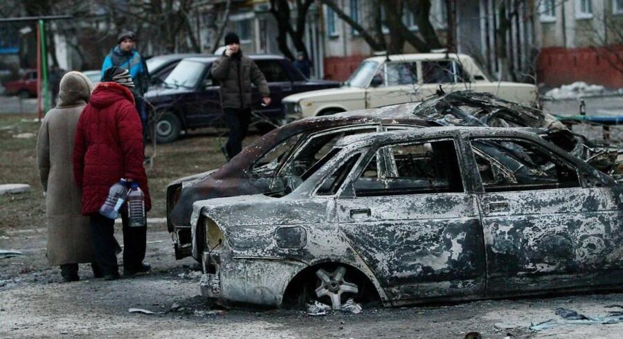 Udbrændte biler på gaden i havnebyen Mariupol.