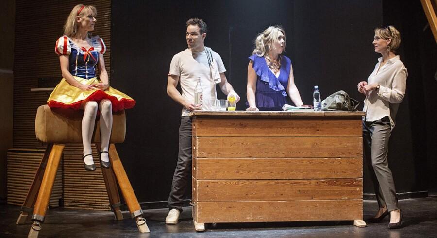 »Cougar - The Musical«, instrueret af Katrine Engberg, foregår i en gymnastiksal fra 1970erne. Hvorfor? Det vides ikke. Ligesom det er uklart, hvorfor forestillingen latterliggør sine figurer i stedet for at forsvare dem. Foto: PR