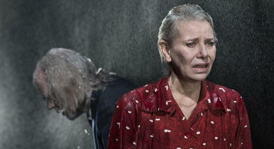Slutspil: Anders Hove og Kirsten Olesen i »Den som falder« på Det Kongelige Teater. Foto: Miklos Szabo