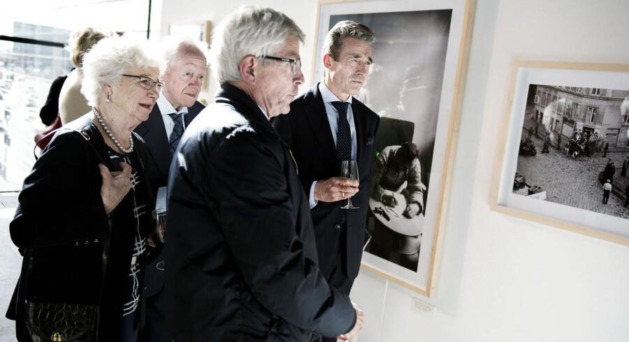 Tidligere billedredaktør på Berlingske Jan Jæger (forrest) har udvalgt billederne til udstillingen og til bogen. Her viser han tidligere statsminister og NATO-generalsekretær Anders Fogh Rasmussen (th.) og formanden for Danske Veteraner, Jens Ege, med frue rundt på udstillingen.