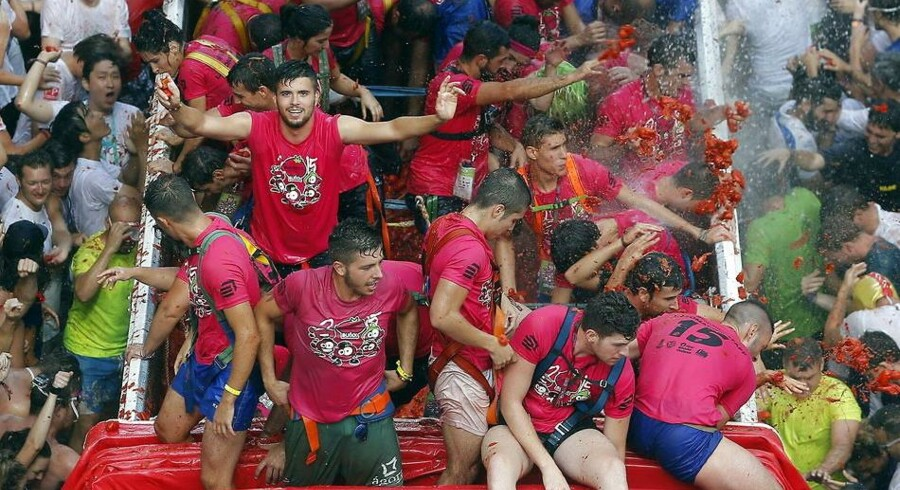 epa04899247 Thousands take part in the traditional 'Tomatina' or tomato battle in Bunol, Spain, on 26 August 2015. Crowds throw tons of ripe tomatoes at each other and are soaked with smashed tomatoes and juice in just a few minutes. The worldwide known festival, that has charged an entrance fee during the past three years to limit it's capacity, attracts numerous foreign youths to join in the funny tomato-fight. This year, the traditional battle holds it's 70th edition and will count with a record of 150 tons of tomatoes. EPA/KAI FOERSTERLING EPA/KAI FOERSTERLING