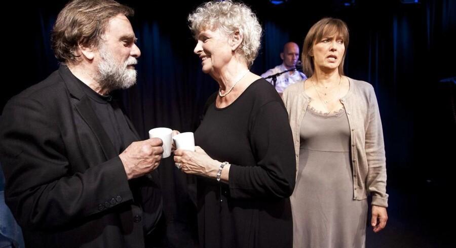 """Lane Lind og Lars Knutzon i et sjældent, kærligt øjeblik i """"Glemmmer du..."""".Datter og svigersøn (Mette Marckmann og Lasse Schmidt) ser skeptisk til i baggrunden. Foto Brita Fogsgaard."""