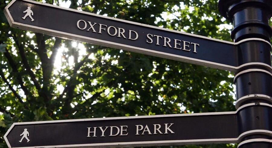 Overalt i London er der skiltning mod de kendte turistatraktioner, som her for Hyde Park og Oxford Street.