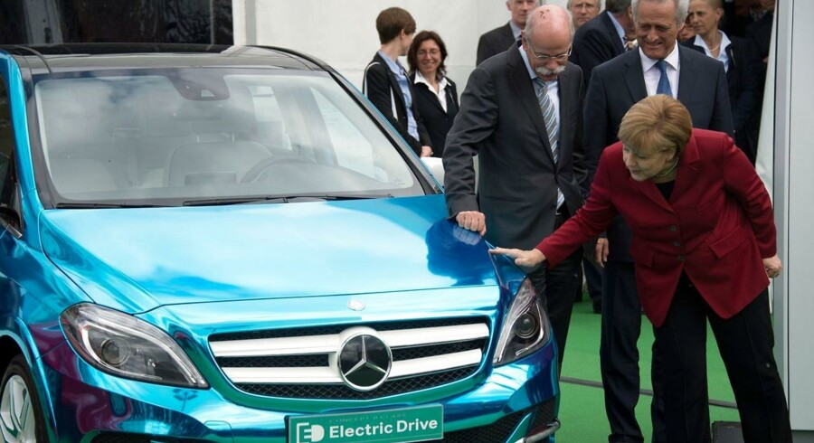 Samtidig med at Better Place med sin konkursbegæring trak i bremsen for udbredelsen af elbiler i Danmark, inviterede den tyske regering i Berlin til to dages international konference om elbiler. Her viser den tyske kansler, Angela Merkel, interesse for en elbil fra Mercedes-Benz.