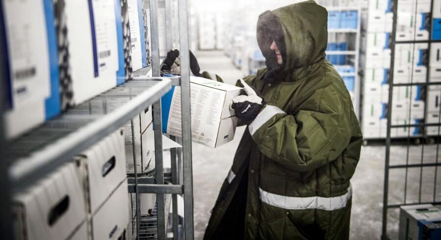 Chr. Hansens største forretningsdivision, Cultures & Enzymes, havde i første kvartal en omsætning på 132,9 mio. euro og et primært driftsresultat (EBIT) på 41,6 mio. euro.erdens største tank på 100 tons til formålet. Når bakterierne er fremstillet, bliver de pakket og opbevaret i fryselagre ved -55 grader.