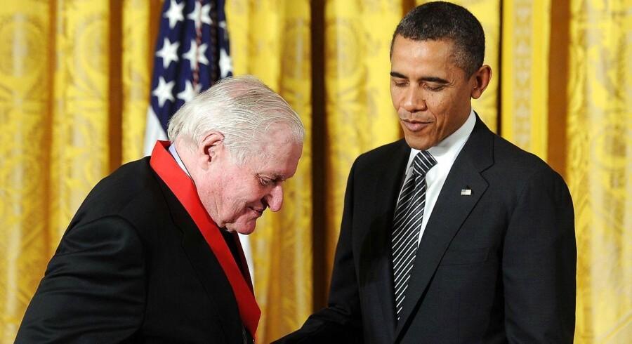 John Ashbery modtager the National Arts and Humanities Medal af daværende præsident Barack Obama, 2012. Foto Jewel Samad, AFP.