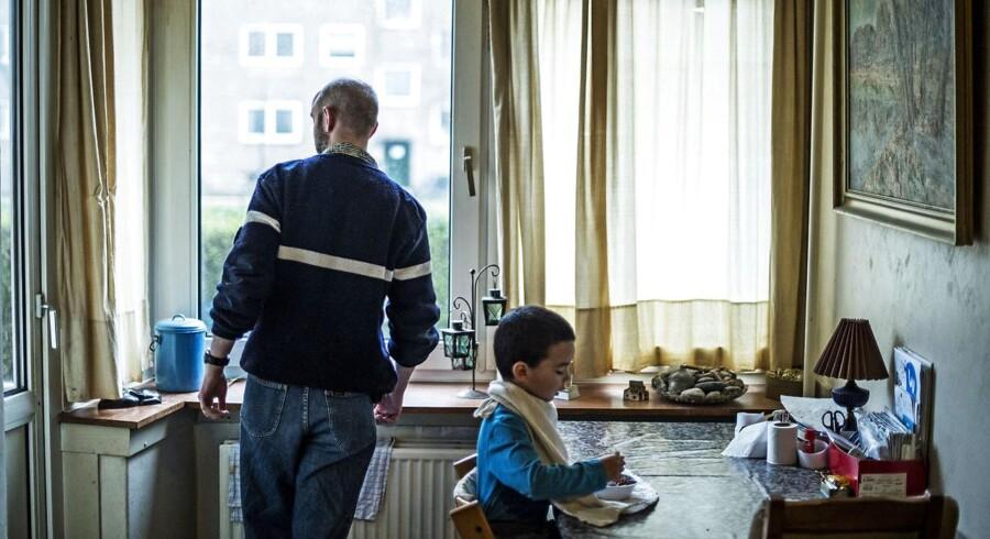 Arkivfoto en gruppe socialt udsatte fædre mødes hver tirsdag i et lille lokale i Nordvest. Fælles for dem er, at kommunen er bekymret for deres børn. Her lærer de at være det, kommunen kalder 'en god far'.