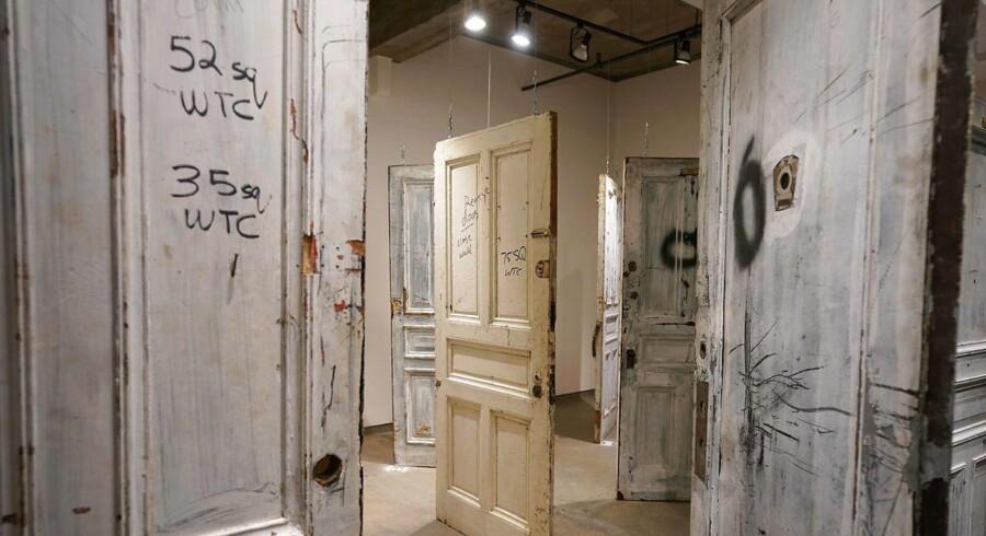 Nogle af dørene fra Chelsea Hotel udstillet på et galleri forud for auktionen 12. april 2018. Blandt dørene er døre, der førte ind til rum beboet af Andy Warhol, Janis Joplin, Mark Twain, Humphrey Bogart, Jack Kerouac, Jackson Pollock, Jerry Garcia, Tennessee Williams, og Bob Dylan.