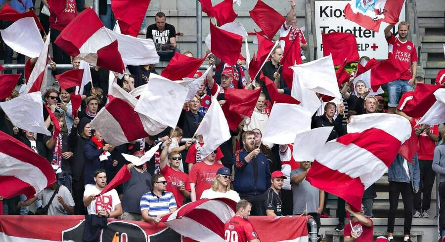 Aktien i Silkeborg IF, der består af et overskudsgivende ejendomsselskab og en underskudsgivende fodboldforretning, er steget med 32 pct., siden at fodboldholdet i slutningen af maj sikrede sig oprykning til Superligaen.