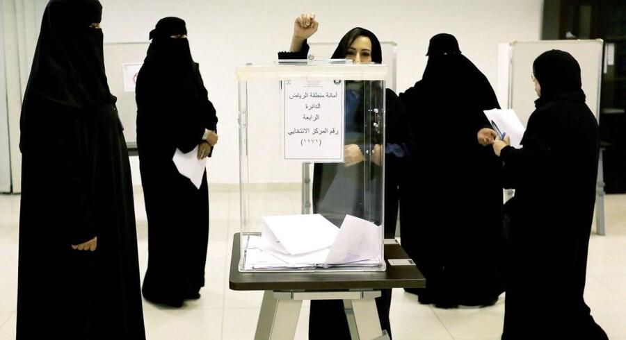 For første gang har kvinder fået tilladelse til at stemme og stille op til valg i Saudi-Arabien. Her afgiver en kvinde sin stemme i Riyadh søndag 12. december, hvor der blev afholdt lokalvalg.