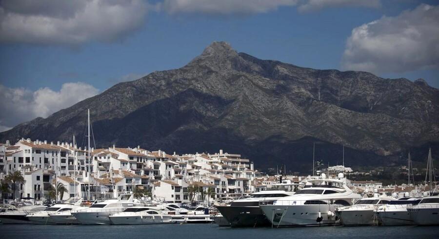 ARKIVFOTO. Ifølge anklagen har den danske kvinde, som manden er gift med og har to børn med, været del af et sexharem i et luksuspalæ i den sydspanske by Marbella. Her ses havnen i Puerto Banus nær Marbella.