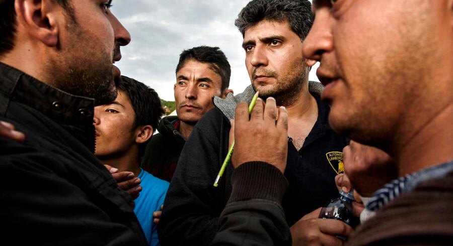 Der laves venteliste til at komme med busserne der skal komme og hente flygtningene videre til Østrigs grænse. Harmica. Flygtninge venter på at komme over over grænsen til Slovenien