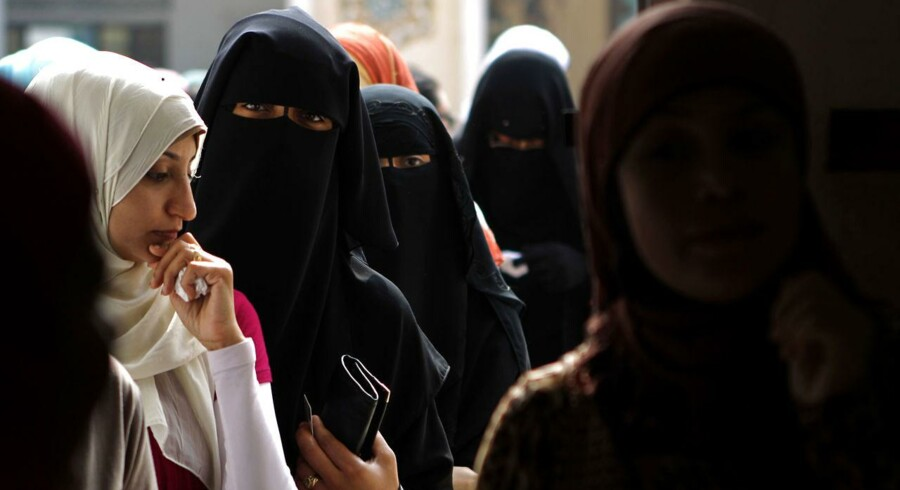 De egyptiske myndigheder har lukket TV-programmet »Momken« i 15 dage som straf for »uanstændige« bemærkninger om kvinder i bedste sendetid.