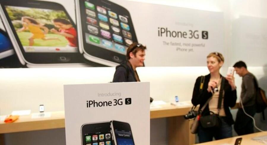 Når de store mobilselskaber kan lave eneaftaler om f.eks. salg af Apples iPhone, kan det være konkurrenceforvridende. Foto: Robert Galbraith, Reuters/Scanpix