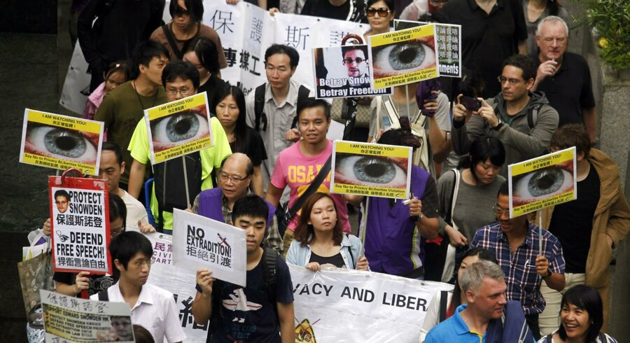 Masser af mennesker gik på gaden i Hongkong for at protestere foran det amerikanske konsulat og støtte den tidligere CIA-ansatte, Edward Snowden, som har afsløret USAs omfattende overvågningsprogram, PRISM. Foto: Bobby Yip, Reuters/Scanpix