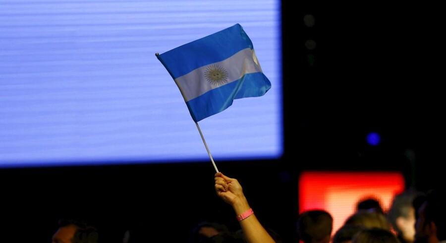 Kvinde vifter med argentinsk flag. REUTERS/Ivan Alvarado