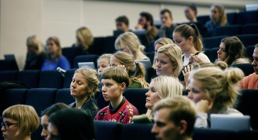 Her forelæsning i dansk på Institut for nordiske studier og sprogvidenskab, Københavns Universitet Amager.