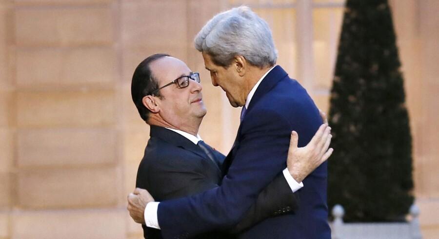 Så kom der en amerikansk topfigur til Paris i form af udenrigsminister John Kerry, der her hilser på den franske præsident, Hollande. Foto: Patrick Kovarik