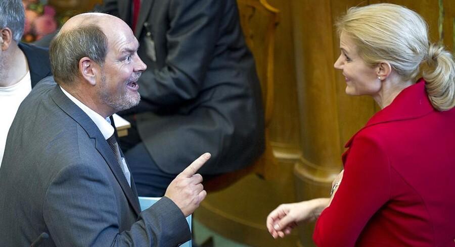 På dette billede fra Folketingets åbning i 2011 er der store smil på. Nu er Carsten Hansens smil stivnet.