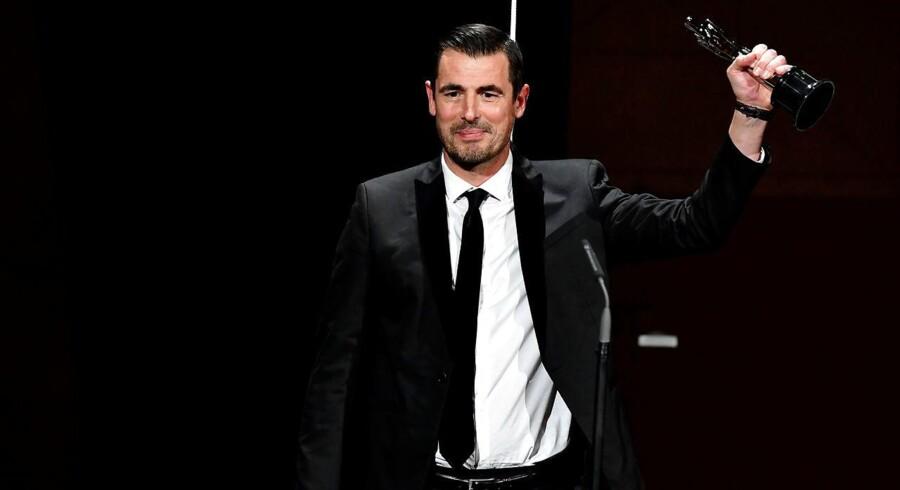 Claes Bang med trofæet ved European Film Awards Ceremony i Berlin.