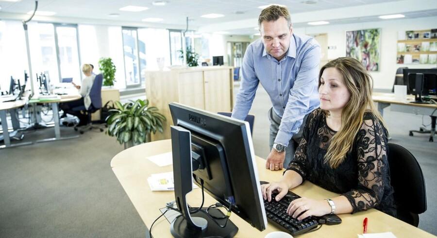 Filialdirektør i Arbejdernes Landsbank Christian Barret (t.v.) taler med en af sine rådgivere.