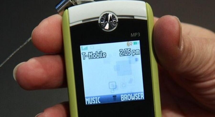 Denne telefon er lavet af genbrugsflasker. Det er Motorolas nyeste, Moto W233 Renew. Motorola er verdens fjerdestørste mobilproducent efter Nokia, Samsung og Sony Ericsson.