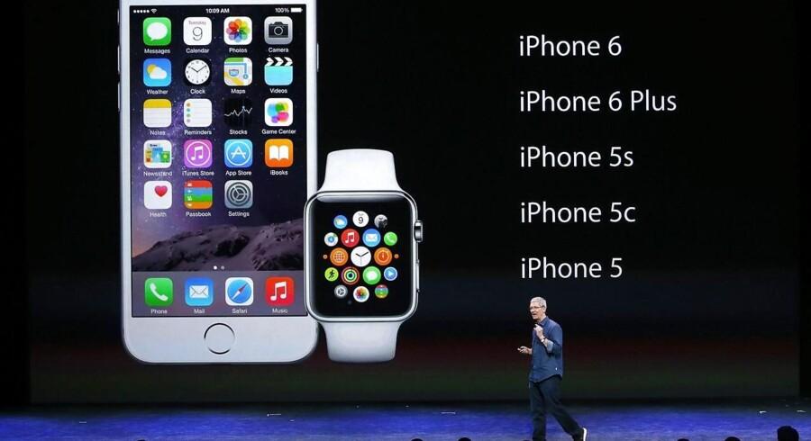 Den nye og meget større iPhone 6 og det kommende Apple Watch, som kun vil virke med iPhone 5 og nyere telefoner, blev tirsdag aften dansk tid præsenteret af Apple-topchef Tim Cook. Apples konkurrenter præsenterede i sidste uge deres nyeste telefoner og ure, hvis specifikationer på mange områder er Apple overlegen eller lig. Foto: Justin Sullivan, Getty/AFP/Scanpix