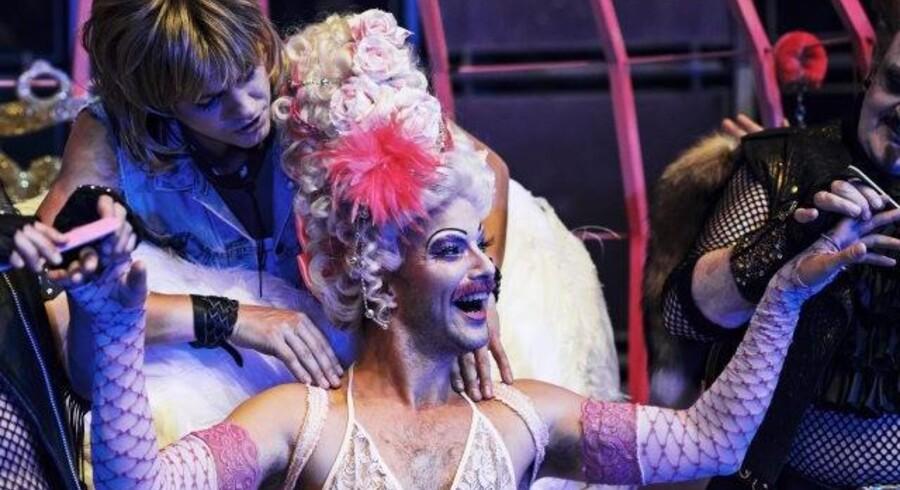 Jon Lange er helt bedårende som blondinedumme kong Ludvig XIII, der elsker pink. Foto: Robin Skjoldborg