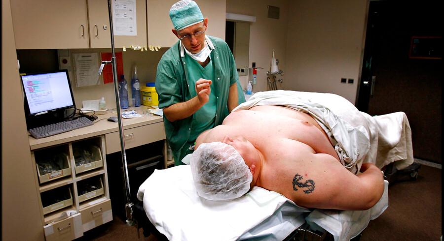 ARKIVFOTO. Tom Sangild, 213 kilo tung landmand fra Herning, rejste med Kirurgirejser til AZ Sint Jan Hospital i Brugge, Belgien for at få foretaget en Gastric Bypass-operation. Narkoselægen fortæller Tom hvad der skal ske.